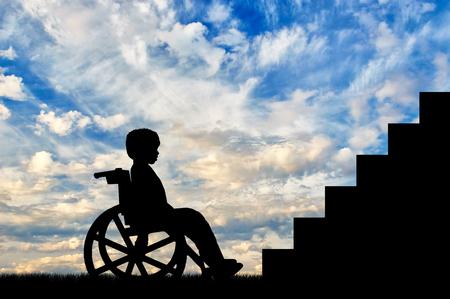niños discapacitados: niño discapacitado en silla de ruedas que se sienta delante del día escaleras. Concepto de los niños con discapacidad Foto de archivo