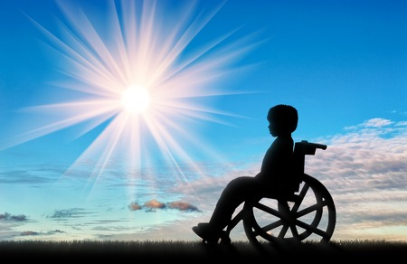 Niño sentado en la silla de ruedas en el día de la calle. Concepto de los niños con discapacidad Foto de archivo - 65810934