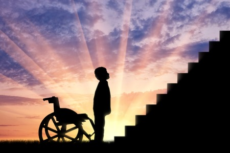 장애 어린이 계단 석양의 앞에 서 서. 개념 장애 아동