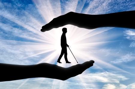 맹인과 장애인의 협조가 손안에 있습니다. 맹인 장애인을 돕는 개념