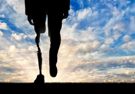 Been met prothese achtergrond op hemel. Concept uitgeschakeld Stockfoto