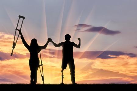 Gehandicapte mensen met een prothese en krukken om de handen op zonsondergang op de achtergrond te houden. Concept uitgeschakeld