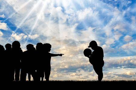 obesidad infantil: Los niños se niegan a jugar con el gordo y expulsarlo en día. Concepto de la obesidad infantil