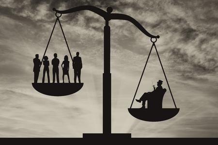 La gente pobre y rico hombre de negocios en las escalas en el fondo del cielo. Concepto de la desigualdad social Foto de archivo