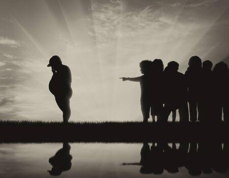 obesidad infantil: Los niños expulsan niño de espesor y la silueta en el agua. Concepto de la obesidad infantil