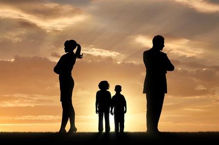 Conflict en echtscheiding in de familie. Droevige kinderen en ouders wenden zich van elkaar af