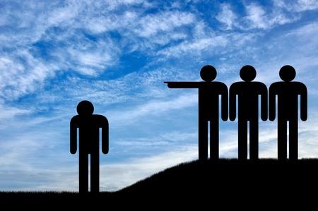 Vernedering en intimidatie. Een menigte mensen jaagt een verdrietig persoon na Stockfoto