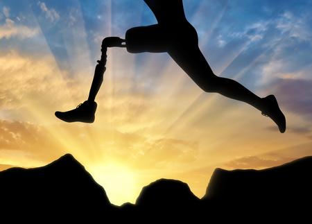 Konzept der Behinderung. Mann mit der Beinprothese läuft und springt über Steine Standard-Bild - 81343737