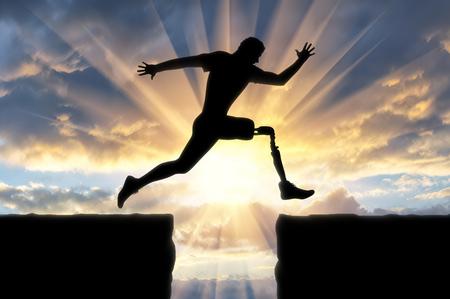 Konzept der Behinderung Der Mensch mit dem prothetischen Bein läuft und springt über die Kluft Standard-Bild - 81409309