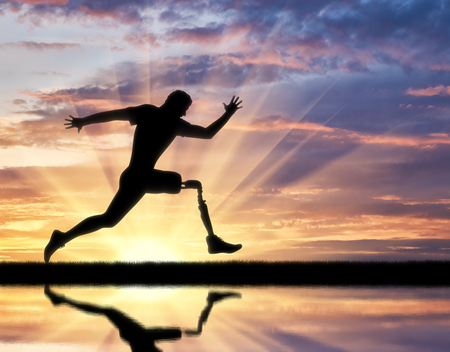 Running a disabled person with a prosthetic leg, confidently running on the ground and its reflection in the river Stockfoto