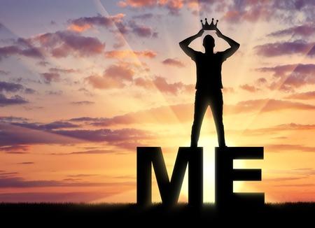 Concept de narcissisme et d'égoïsme. La silhouette d'un homme égoïste et narcissique se réconciliant avec une couronne sur le mot moi Banque d'images - 84789654