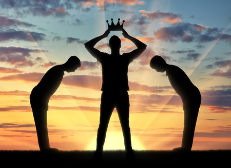 Concept van egoïsme en narcistisch. Het silhouet van een egoïstische man kleedt zijn kroon, en bedienden buigen voor hem Stockfoto