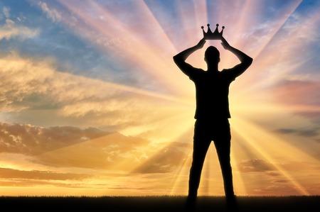 나르시시즘과 이기심의 개념. 자신의 왕관을 조정하는이기적이고 자기애적인 사람의 실루엣 스톡 콘텐츠