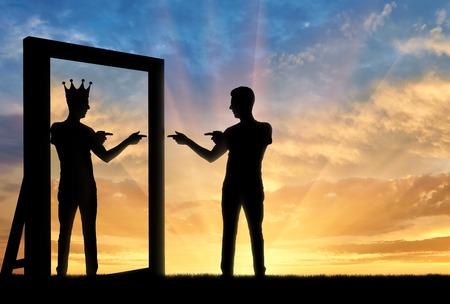 Concept van een narcistische en egoïstische man. Silhouet van een man die staat, zichzelf motiveert in de spiegel en ziet in de weerspiegeling van zichzelf met een kroon op zijn hoofd