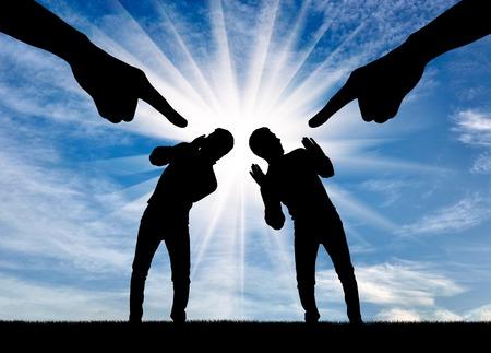 Silhouet van wijsvinger die handen op twee mannen toont. Het concept van schaamte in de samenleving