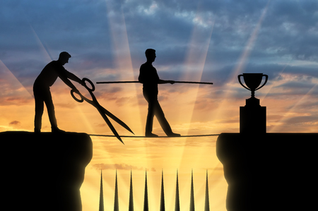 Un competidor de negocios con grandes tijeras en sus manos intenta cortar la cuerda a lo largo de la cual el hombre de negocios va al éxito. El concepto de envidia de los rivales para el éxito de otra persona