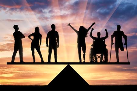 Inválidos iguais em direitos na balança com pessoas saudáveis. Conceito de igualdade social das pessoas com deficiência na sociedade
