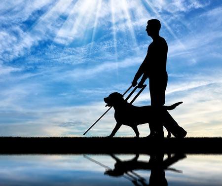 Schattenbild eines blinden untauglichen Mannes folgt einem Hundeführer durch den Fluss mit seiner Reflexion. Das Konzept der Blinden mit Blindenhund