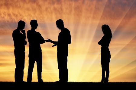 Schattenbild von männlichen Arbeitskräften zusammen bei einer Sitzung, eine Frau steht beiseite. Das Konzept der geschlechtsspezifischen Ungleichheit und Diskriminierung in einer Karriere für Frauen