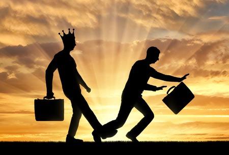 La silhouette d'un homme égoïste avec une couronne sur la tête, expose une jambe à un autre homme qui trébuche sur elle. Scène conceptuelle de l'égoïsme