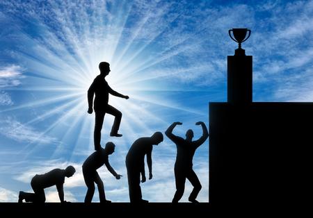 Ein egoistischer Mann geht auf den Köpfen der Menschen wie auf den Stufen zu seinem Ziel. Konzeptionelle Szene eines narzisstischen und selbstsüchtigen Geschäftsmannes