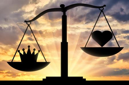 Die Silhouette der Schuppen, deren Schüssel zur Krone hin geneigt ist, nicht zum Herzen, vor dem Hintergrund des Sonnenuntergangs. Konzeptbild des Egoismus