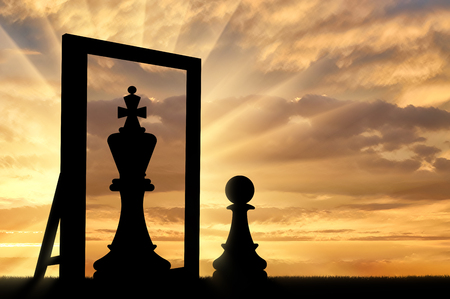 Silhouette of a pawn, sees himself in the reflection of the mirror queen. The concept of narcissism and ego Imagens
