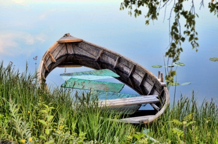ida: An old boat filled with water
