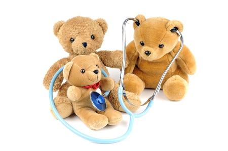 oso blanco: Tres osos de peluche y un estetoscopio