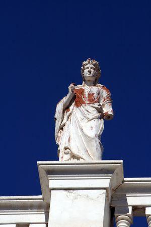 neocl�sico: Decorativas estatua neocl�sica a casa en la isla de Syros, Grecia