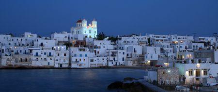 Vista nocturna de la ciudad de Naoussa - Paros, Grecia