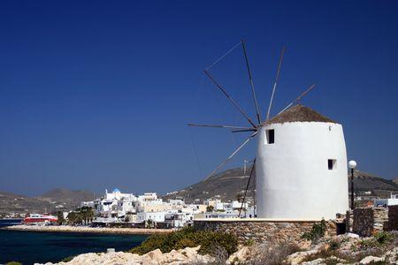 Molino de viento y la vista de Paroikia. Paros, Grecia.  Foto de archivo