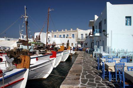 Vista de la ciudad de Naoussa en Paros Island, fanous por su vida nocturna y cosmopolita de multitudes - Grecia