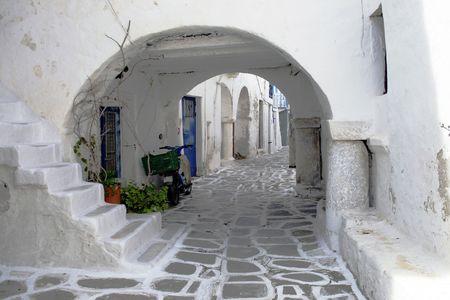 Calle estrecha de un tradicional pueblo griego isla. Paros, Grecia