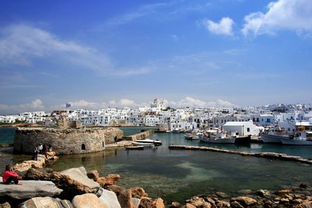 Vista de Naoussa de Fort. Paros, Grecia  Foto de archivo