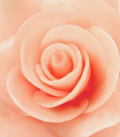 Una rosa rosa hecha de cera