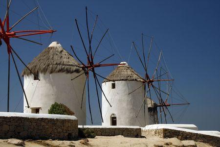 Los famosos molinos de viento de la isla de Mykonos. Peque�a Venecia se puede ver en el fondo.