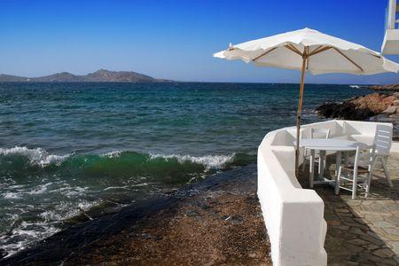 Playa casa de la ciudad de Naoussa con umbrela en la isla de Paros, - Grecia