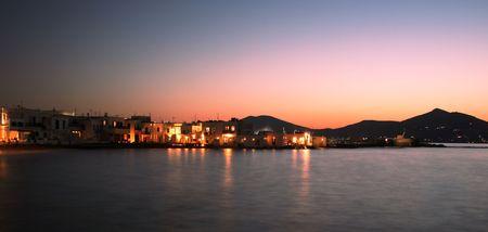 Vista de la ciudad de Naoussa en la noche en la isla de Paros, famosa por su vida nocturna y cosmopolita de multitudes - Grecia Foto de archivo
