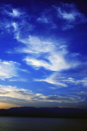 Sol en las monta�as durante el invierno en el sur de Grecia, con espectaculares formas de nubes  Foto de archivo