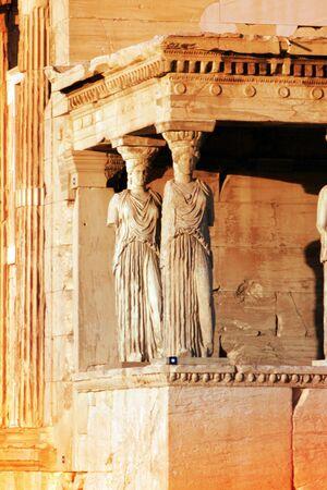 sculpted: Athens, Griekenland - caryatiden, gebeeldhouwd vrouwelijke figuren, gebruikt als kolommen om te houden deel van het dak van de erechtheum.  Gelegen aan de Noord zijde van de Akropolis.