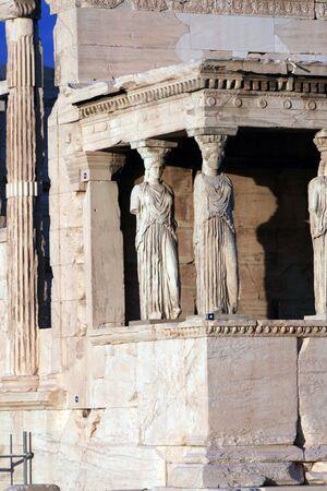 sculpted: Athens, Griekenland - caryatiden, gebeeldhouwd vrouwelijke figuren, gebruikt als kolommen te houden deel van het dak van de Erechtheion.  Gelegen aan de noordkant van de Akropolis.