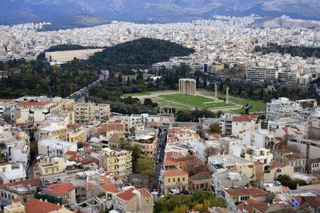 Atenas, Grecia - Vista de Atenas al atardecer. El templo de Zeus puede verse en el fondo.