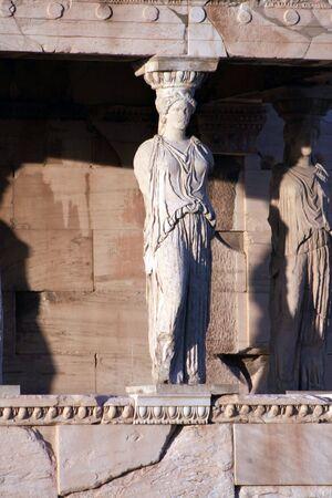 sculpted: Athene, Griekenland - kariatiden, gebeeldhouwde vrouwelijke figuren, die worden gebruikt in de kolommen aan te houden deel van het dak van de erechtheum. Gelegen aan de noordkant van de Acropolis.