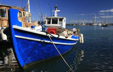 Atenas, Grecia. Tradicional griego barcos de pesca en el puerto de Mikrolimano