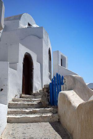 Isla griega de Santorini. Vista de una casa de la localidad de Oia construido en la acantilados volc�nicos de la isla. Grecia  Foto de archivo