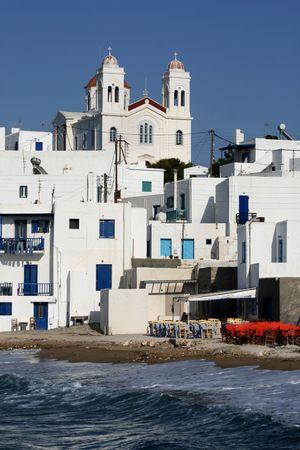 Isla griega de Paros. Vista de la ciudad de Naoussa en Paros Island, famosa por su vida nocturna y cosmopolita de multitudes - Grecia