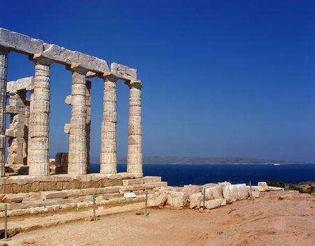 Grecia, Sounio - el templo de Poseidon en el cabo Sounio, sur de Atenas. La leyenda la tiene que el cabo Sounion es el punto adonde Aegeus, rey de Atenas, salt� a su muerte del acantilado, as� dando su nombre al Mar Egeo.