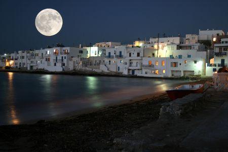 Isla de Paros por noche y claro de luna. Vista de la ciudad de Naoussa