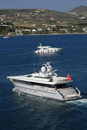 cycladic: Yacht di lusso di lasciare il isola greca di Paros, Grecia